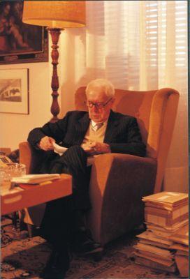 Carlo Bo nel suo studio